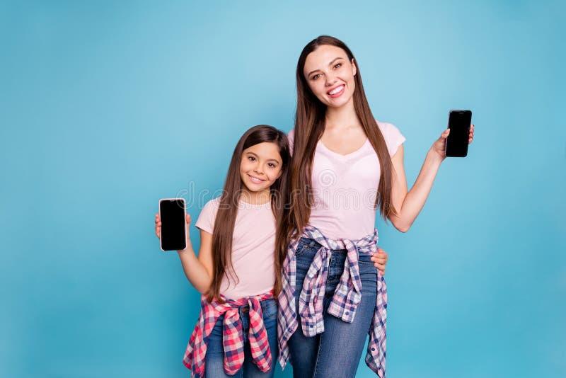 Porträt von zwei netten netten reizend attraktiven reizenden anziehenden netten heitren gerad-haarigen Mädchen, die Gerätschwarze stockfotos