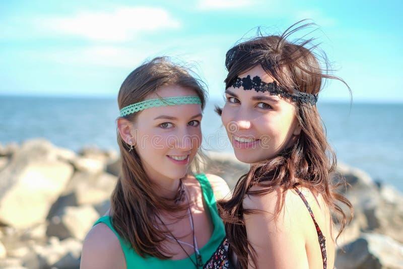 Porträt von zwei schönen jungen Hippiefrauen auf dem Strand lizenzfreies stockbild