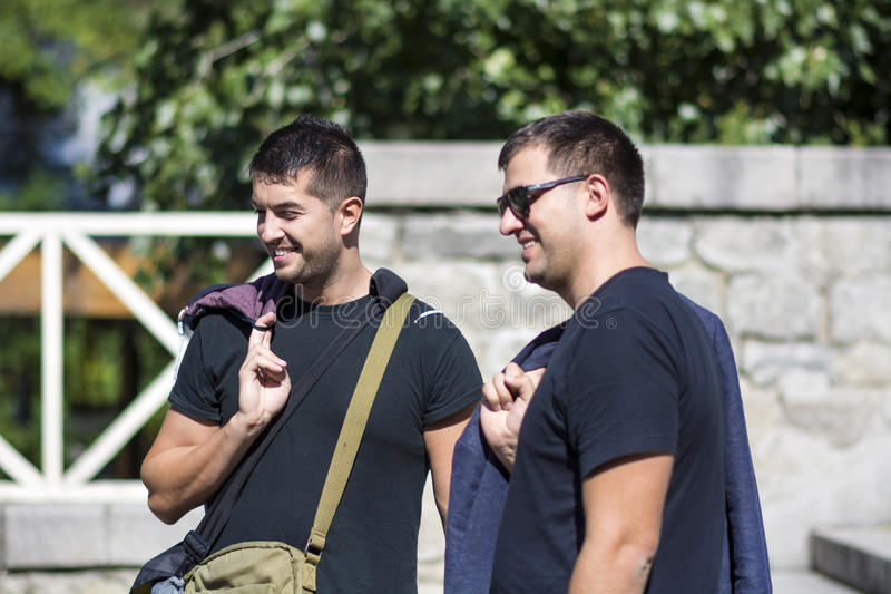 Porträt von zwei schönen jungen Männern, die auf der Straße lächeln stockbild
