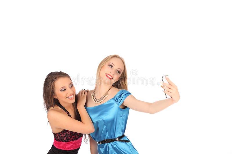 Porträt von zwei schönen Mädchen, die selfies machen lizenzfreies stockfoto