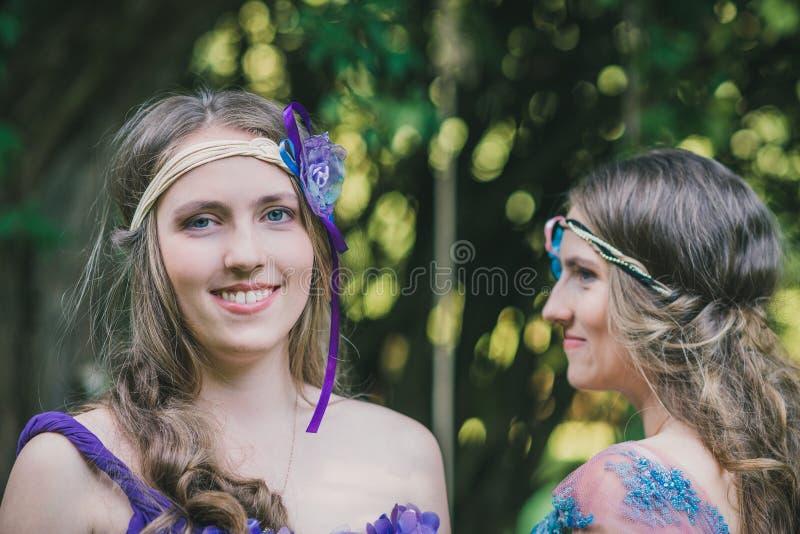 Porträt von zwei Schwesterzwillingen lizenzfreies stockfoto