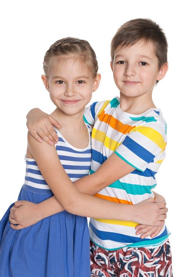 Porträt von zwei umarmenden Kindern lizenzfreie stockfotografie