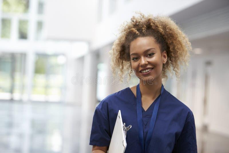 Porträt weiblichen Krankenschwester-Wearing Scrubs In-Krankenhauses stockfoto