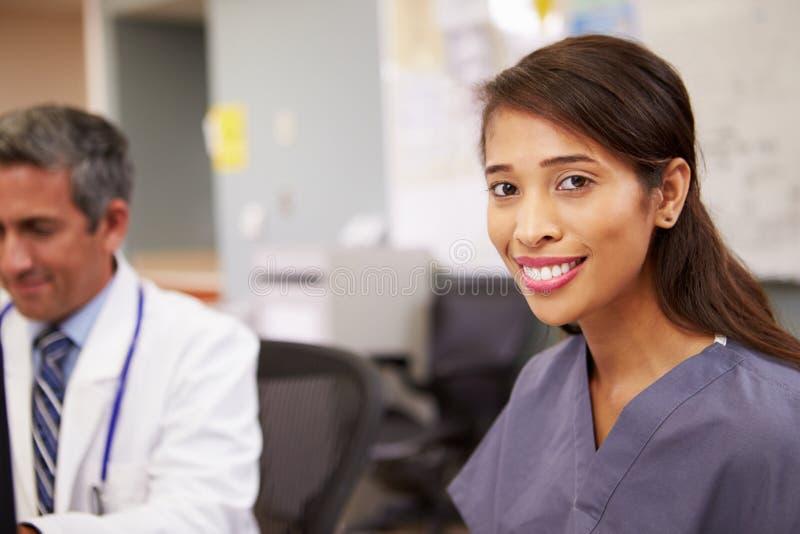 Porträt weiblicher Krankenschwester-Working At Nurses-Station lizenzfreie stockfotografie