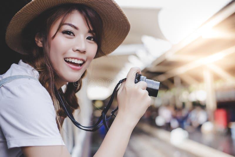 Porträt, welches das Leben der schönen Reisendfrau genießt Reizend bea stockfotografie