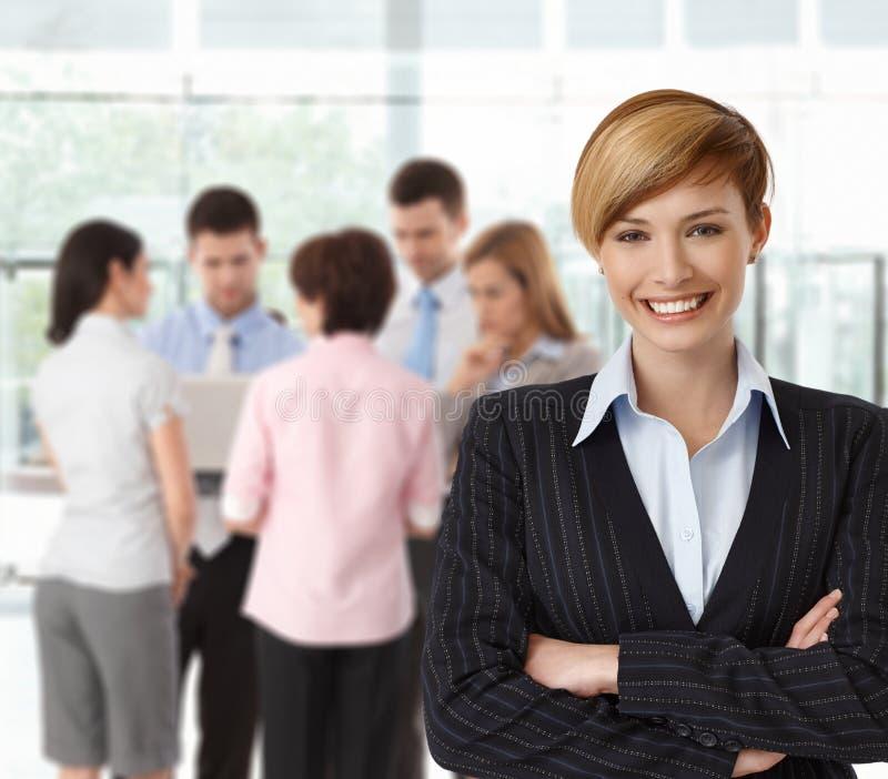 Porträt wenn glückliche Geschäftsfrau mit Kollegen stockbild
