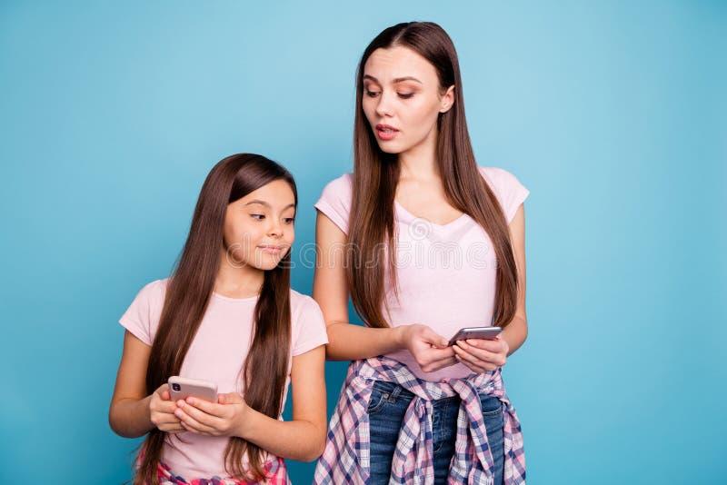 Porträt zwei des netten netten reizend attraktiven reizenden anziehenden weiblichen gerad-haarigen Mädchenlesungs-sms Mitteilungs stockfoto