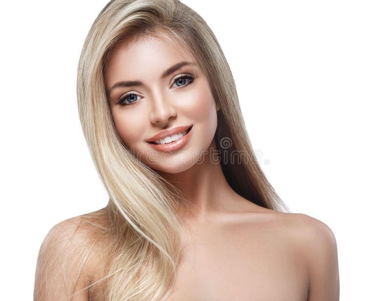Porträtabschluß des blonden Haares des Schönheitsgesichtes herauf Studio auf weißem langem Haar stockfoto