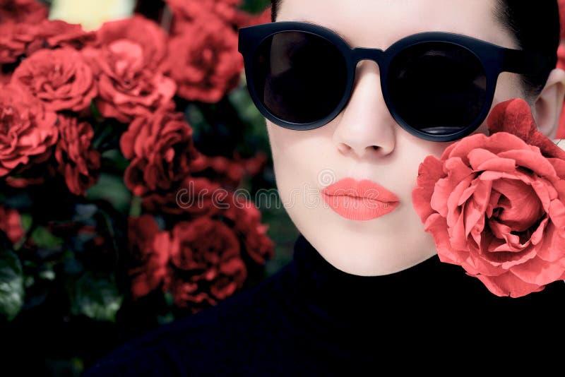 Porträtabschluß im Freien oben einer hübschen Frau lizenzfreie stockfotos