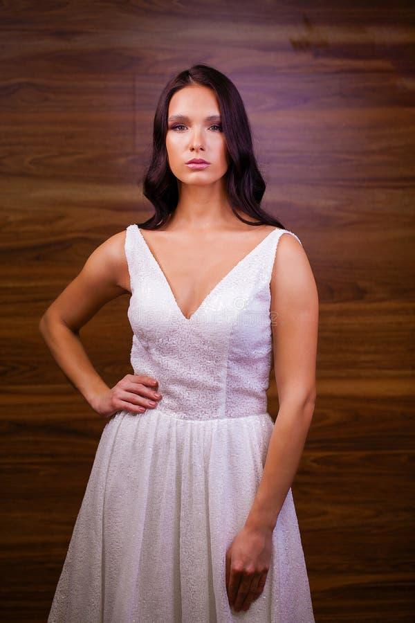 Porträtabschluß oben der jungen schönen brunette Frau im weißen dre stockbild