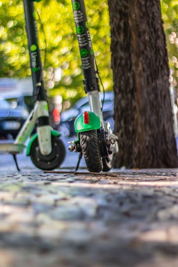 Porträtansicht des elektrischen Rollers in Lissabon Portugal Datum jul2 2019 lizenzfreies stockfoto