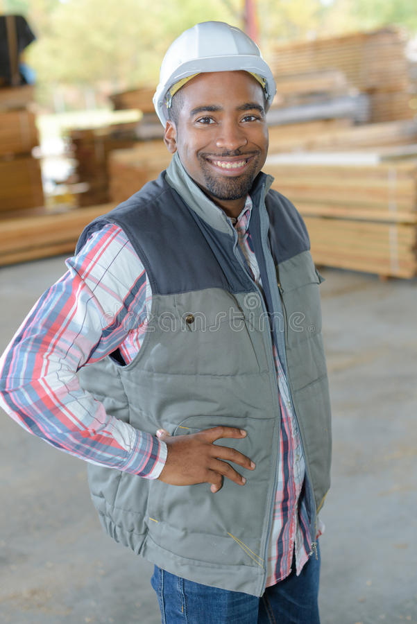 Porträtarbeitskraft im woodyard stockfotografie