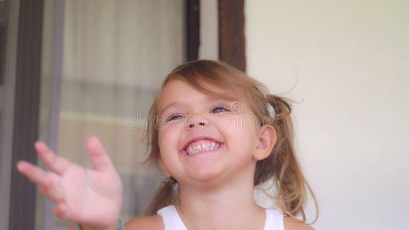 Porträtbaby lachend und gewundert lizenzfreies stockbild