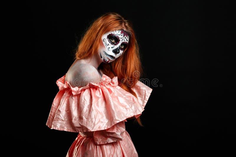 Porträtbild der Rothaarigefrau, die zum Halloween bereit ist lizenzfreies stockfoto