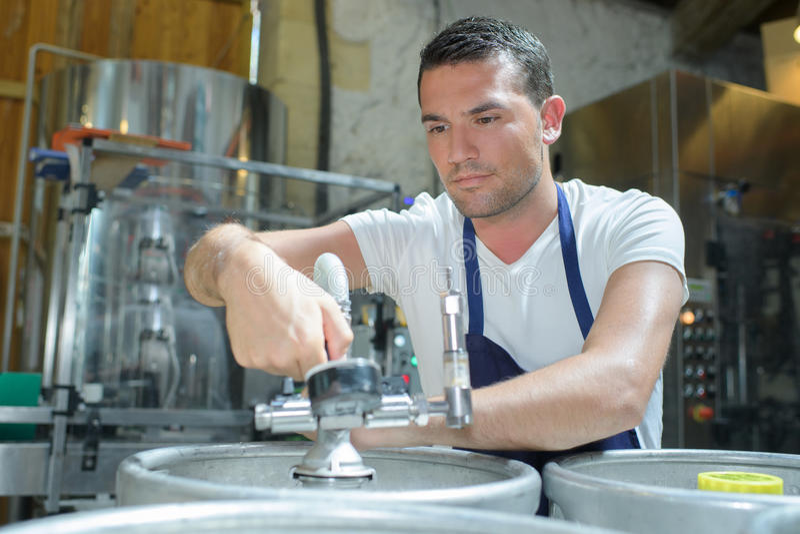 Porträtbrauer, der an der Brauerei arbeitet lizenzfreies stockbild