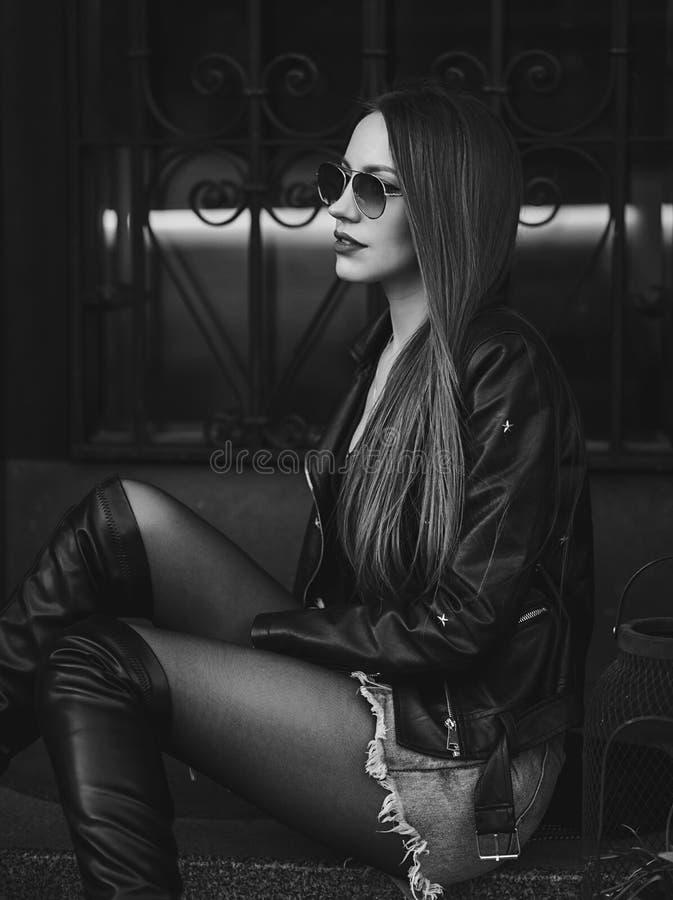 Porträtfrau in Lederjacke stockfotos