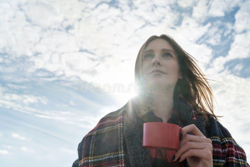 Porträtfrau mit einer Tasse Tee lizenzfreie stockbilder