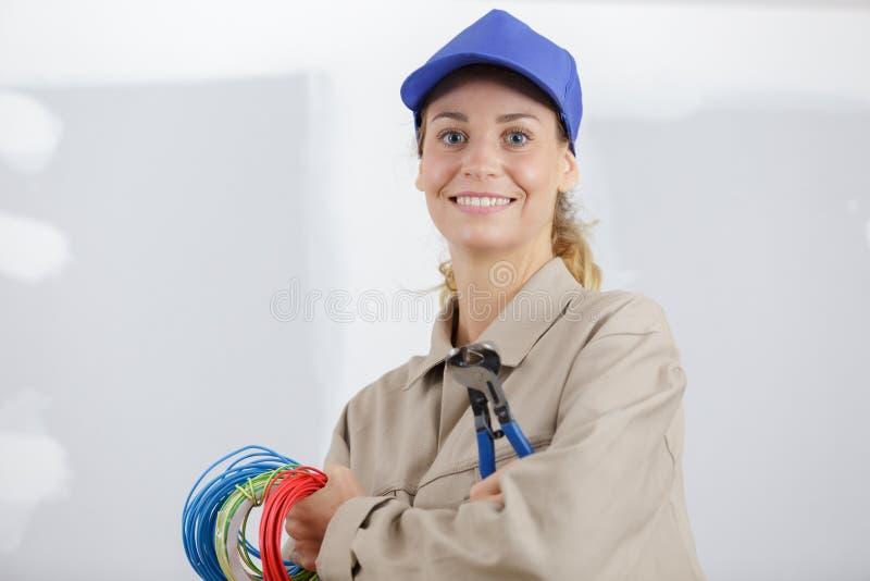 Porträtfrau mit Kabeln lizenzfreies stockfoto