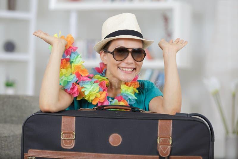 Porträtfrau mit Koffer- und Reisezusätzen lizenzfreie stockfotografie