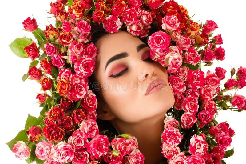 Porträtfrauen-Make-upgesicht mit roten Rosen blühen lizenzfreies stockbild