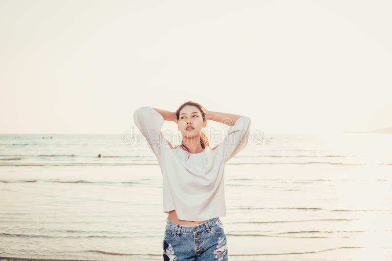 Porträtfrauen und sexy Aufstellung auf dem Strand lizenzfreies stockbild