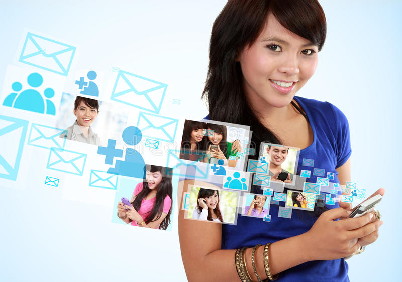 Porträtfrauenversenden von sms-nachrichten stockfoto