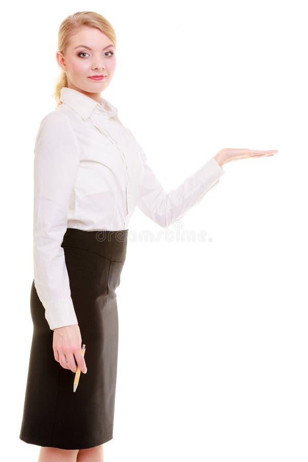 Porträtgeschäftsfrau, die Kopienraum auf leerer Hand zeigt. Anzeige. lizenzfreies stockfoto