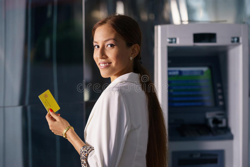 PorträtGeschäftsfrau nehmen Registrierkassekarte zurück lizenzfreie stockfotos