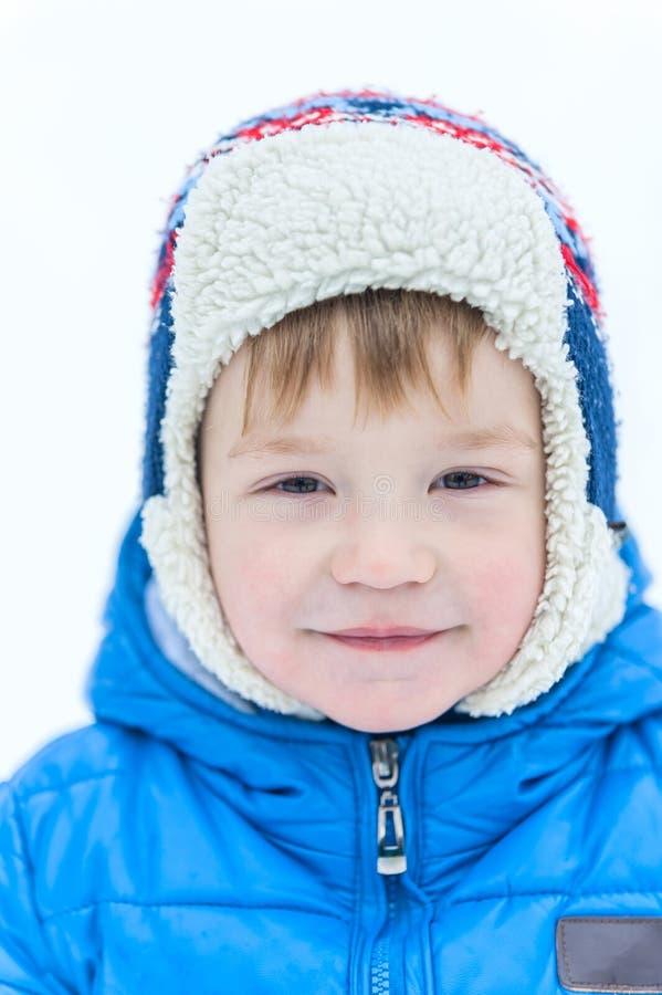 Porträtgesicht im Freien eines kleinen Jungen in einer Kappennahaufnahme herein auf Th stockbilder