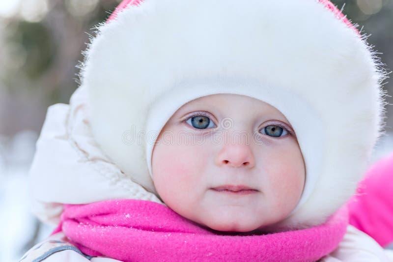 Porträtgesicht im Freien eines kleinen Mädchens in einer Kappennahaufnahme herein auf t lizenzfreie stockbilder