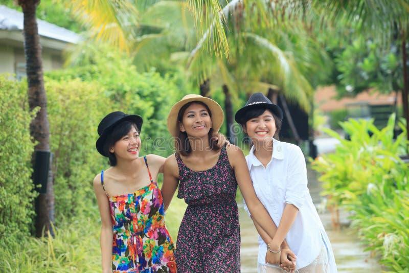 Porträtgruppe der asiatischen jungen Freundin, die in Park mit geht lizenzfreie stockfotografie