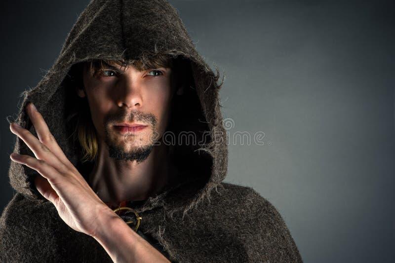 Porträtgutaussehender mann in einem Kap lizenzfreie stockbilder