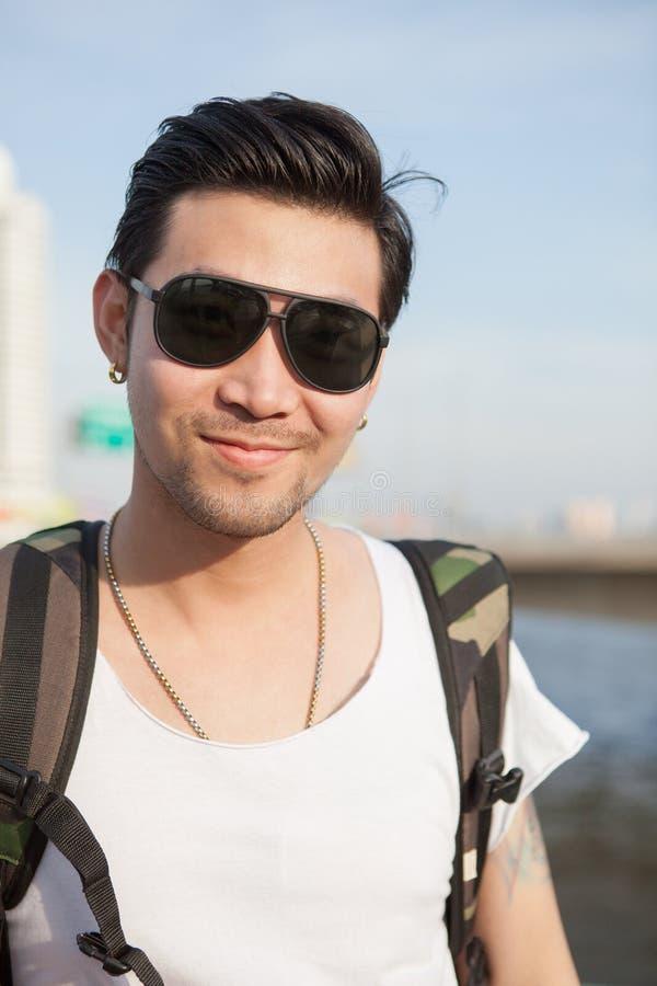 Porträthauptschuß des glücklichen Gesichtes des asiatischen Mannes stockbild
