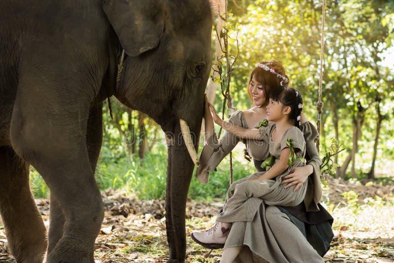 Porträtkunst der Schönheit und des Mädchens und der Elefanten lizenzfreies stockbild