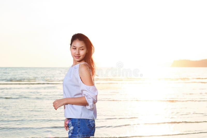 Porträtlächeln und glückliches auf dem Strand stockfotografie