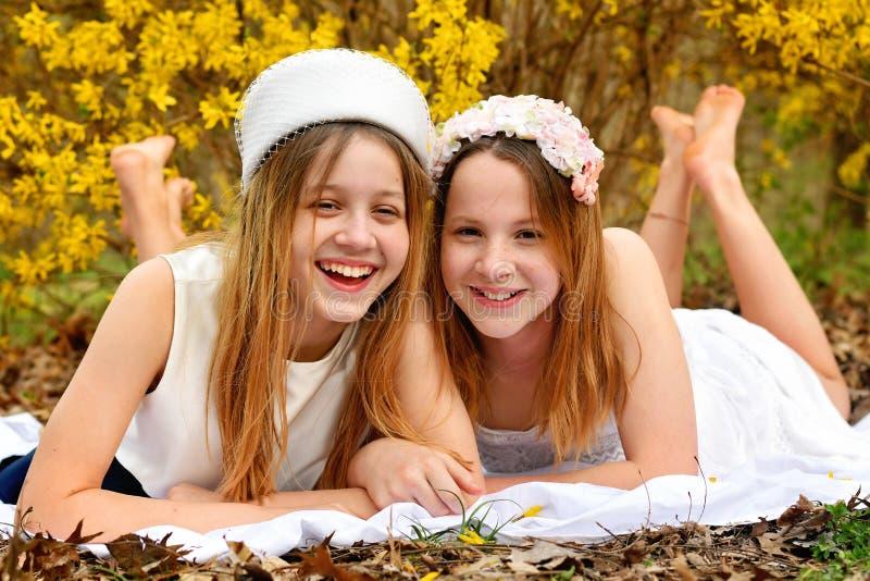 Porträtlachen mit zwei Mädchen lizenzfreie stockbilder