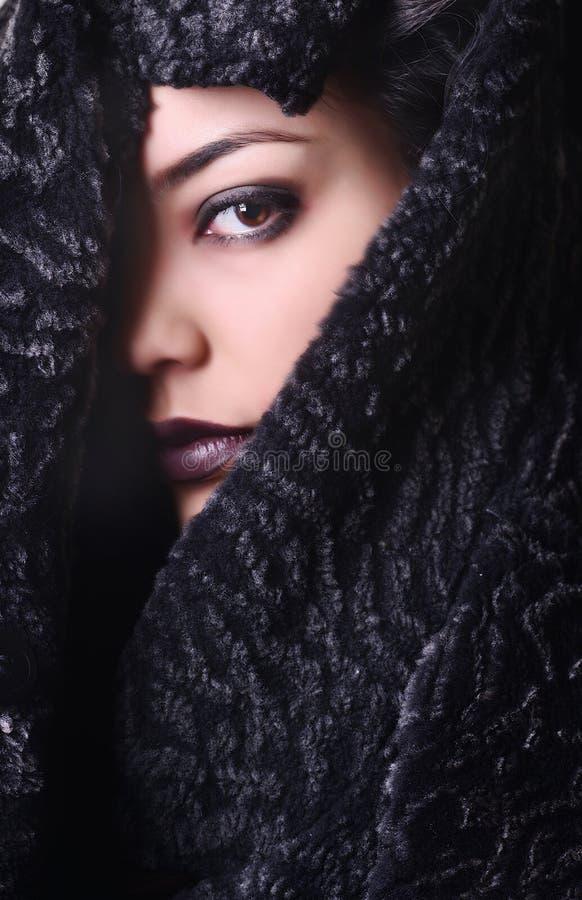 Porträtmädchen, Fehlschlag im Pelzmantel, braunes Auge stockbild