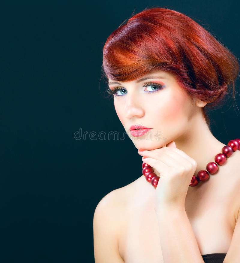 Porträtmalerei der schönen jungen weiblichen vorbildlichen Frau stockfoto
