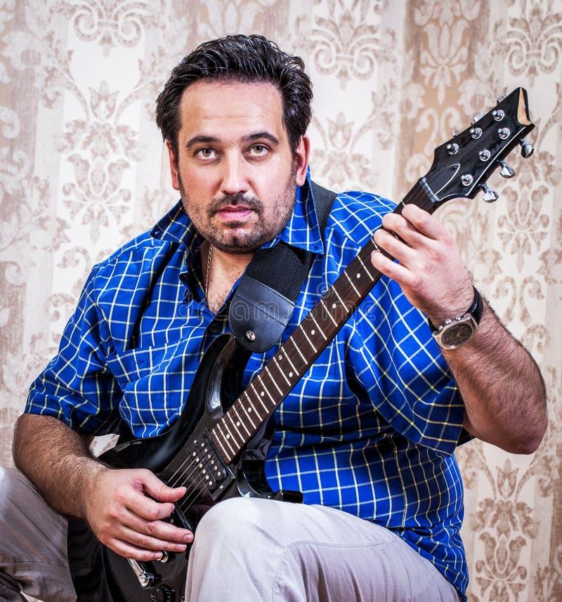 Porträtmann mit Gitarre lizenzfreies stockbild