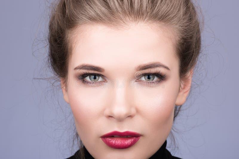 Porträtnahaufnahme des Gesichtes der schönen jungen Frau mit ausdrucksvollen Augen lizenzfreie stockbilder