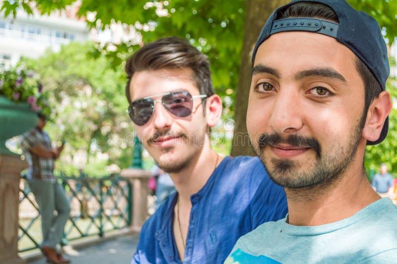 Porträts von zwei glücklichen Freunden, die draußen den sonnigen Tag genießen stockfoto