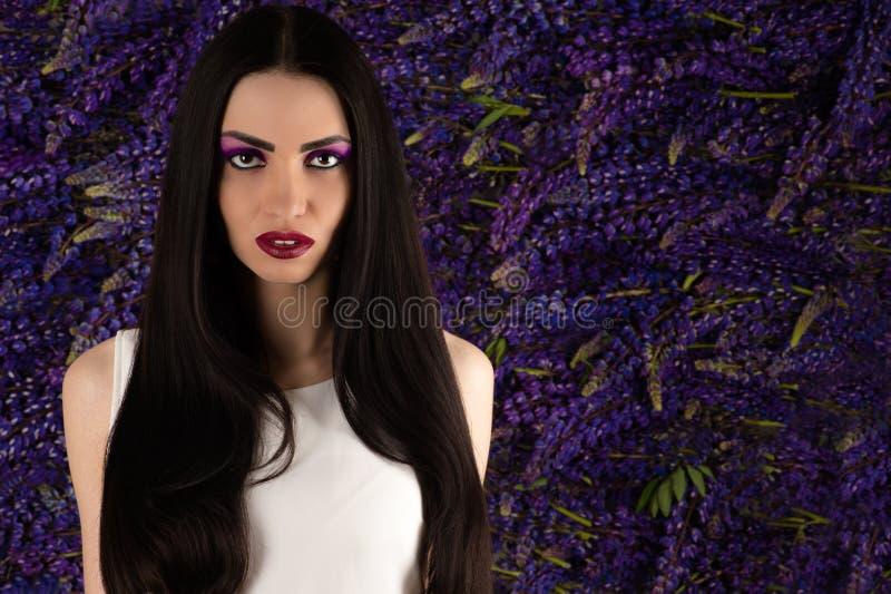 Porträtschönheit mit Blumen Lupine stockfotografie