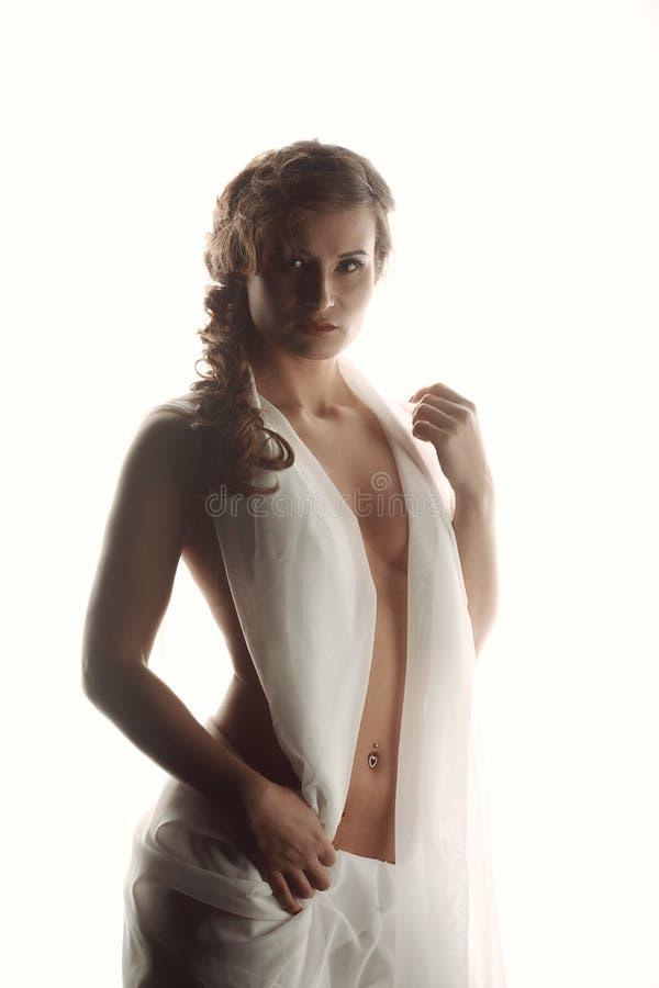 Porträtschönheit mit elegantem weißem Kleiderschmutz-Wandhintergrund lizenzfreie stockbilder