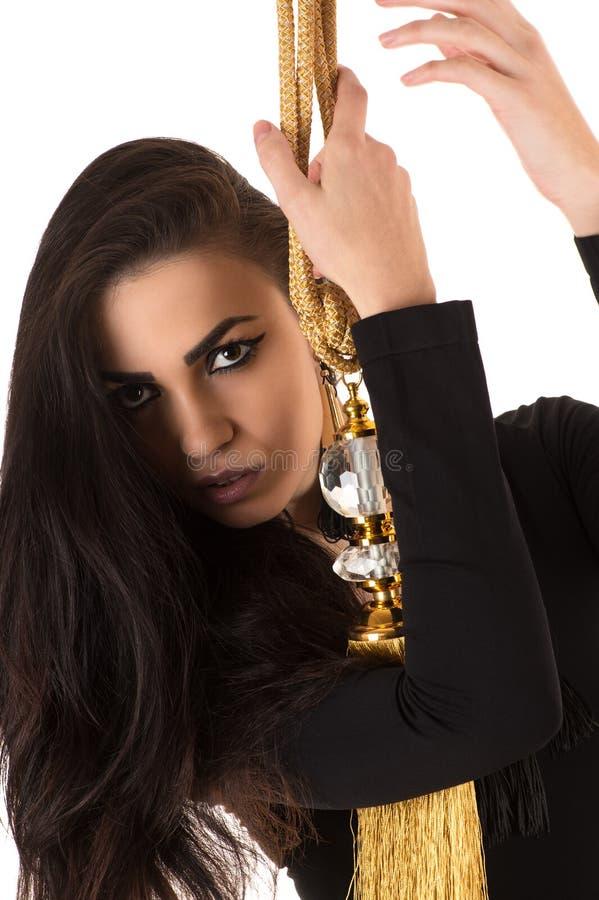 Porträtschönheit mit schwarzem Make-up mit Bürste lizenzfreie stockfotos
