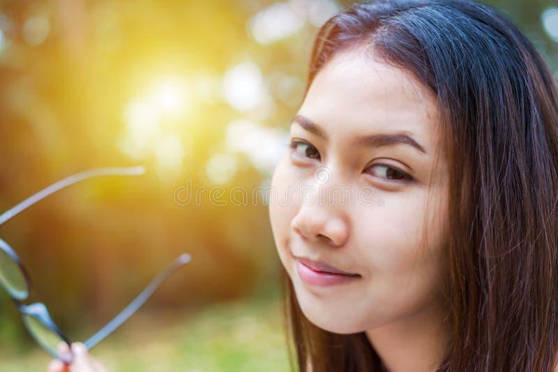 Porträtschönheiten im Park und in ihrem Lächeln lizenzfreie stockfotografie