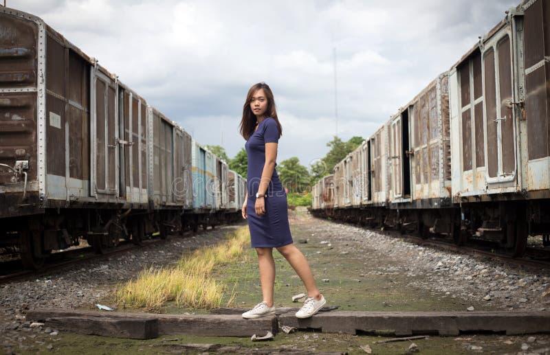 Porträtstraßenfoto geschossen von asiatischer Dame stockfoto