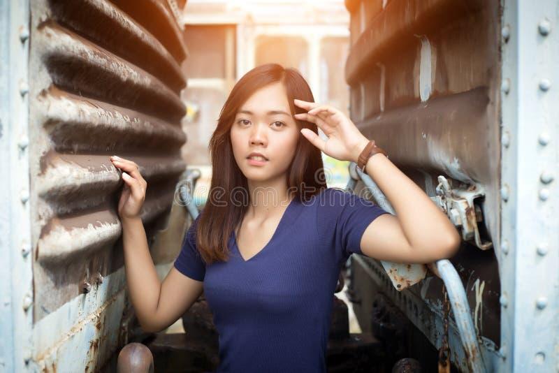 Porträtstraßenfoto geschossen von asiatischer Dame lizenzfreies stockbild