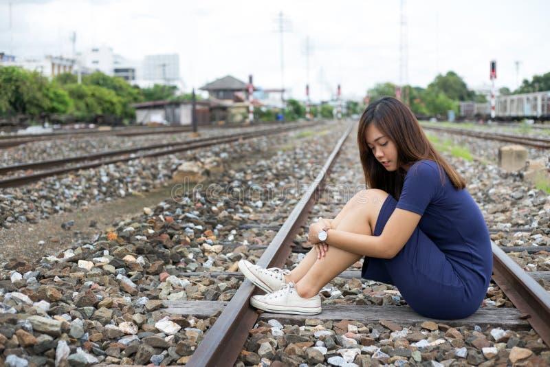 Porträtstraßenfoto geschossen von asiatischer Dame stockfotografie