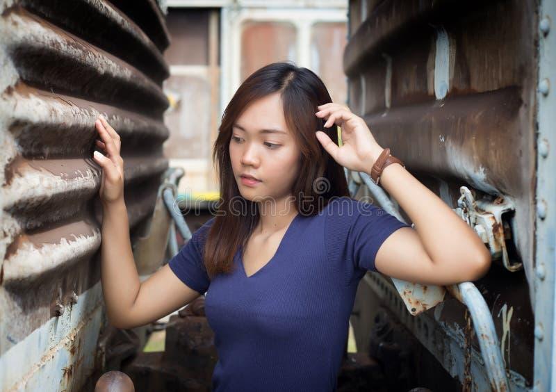 Porträtstraßenfoto geschossen von asiatischer Dame lizenzfreie stockfotografie