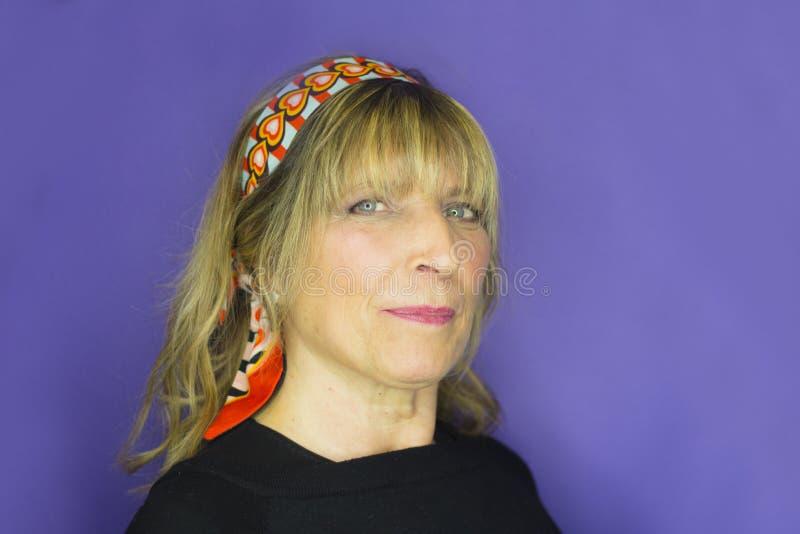 Porträtt av blond kvinna med hippie utseende royaltyfri foto